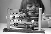 Jeune fille utilisant un boulier pour calculer,<br /> Avril 1993<br /> <br /> PHOTO :   agence Quebec Presse  -  Fond Chronopresse
