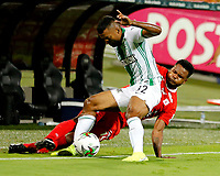 MEDELLIN-COLOMBIA, 18-10-2020: Cristian Mafla de Atletico Nacional y Aldair Rodriguez de America de Cali disputan el balon, durante partido de la fecha 15 entre Atletico Nacional y America de Cali, por la Liga BetPLay DIMAYOR 2020, jugado en el estadio Atanasio Girardot de la ciudad de Medellin. / Cristian Mafla of Atletico Nacional and Aldair Rodriguez of America de Cali figth for the ball, during a match of the 15th date between Atletico Nacional and America de Cali, for the BetPLay DIMAYOR League 2020 played at the Atanasio Girardot Stadium in Medellin city. / Photo: VizzorImage / Donaldo Zuluaga / Cont.