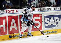 Jason Dunham (Straubing)<br /> Adler Mannheim vs. Straubing Tigers, SAP Arena<br /> *** Local Caption *** Foto ist honorarpflichtig! zzgl. gesetzl. MwSt. <br /> Auf Anfrage in hoeherer Qualitaet/Aufloesung. Belegexemplar an: Marc Schueler, Am Ziegelfalltor 4, 64625 Bensheim, Tel. +49 (0) 6251 86 96 134, www.gameday-mediaservices.de. Email: marc.schueler@gameday-mediaservices.de, Bankverbindung: Volksbank Bergstrasse, Kto.: 151297, BLZ: 50960101