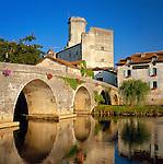 France, Aquitaine, Département Dordogne, Bourdeilles: village view with bridge across river Dronne | Frankreich, Aquitanien, Département Dordogne, Bourdeilles: Dorfansicht mit Bruecke ueber die Dronne