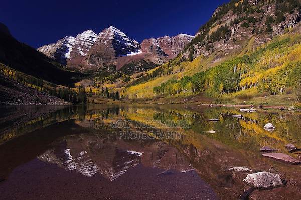 Maroon Bells and Maroon lake with fall colors, Aspen, White River National Forest, Colorado, USA