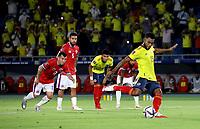 BARRANQUILLA – COLOMBIA, 09-09-2021: Miguel Angel Borja de Colombia (COL), patea para anotar gol a Claudio Bravo Chile (CHI) (Fuera de Cuadro durante partido entre los seleccionados de Colombia (COL) y Chile (CHI) de la fecha 9 por la clasificatoria a la Copa Mundo FIFA Catar 2022, jugado en el estadio Metropolitano Roberto Melendez en la ciudad de Barranquilla. / Miguel Angel Borja of Colombia shoots to scored a goal to Claudio Bravo of Chile (CHI) Out of Pic) during a match between Colombia and Chile (CHI) as part of FIFA 2018 World Cup Qualifiers at Metropolitano Roberto Melendez Stadium in Barranquilla city. Photo: VizzorImage / Jairo Cassiani / Cont.