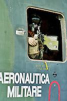 Nassiriya / Iraq 2006.Contingente italiano in Iraq. Missione Antica Babilonia..Mitragliere a bordo di elicottero HH-3F in decollo dalla base Camp Mittica. .Foto Livio Senigalliesi..Nassiriya / Iraq 2006.Italian contingent in Iraq. Mission 'Antica Babilonia'..Machine-gunner on Helicopter HH 3F takes off from italian base Camp Mittica..Photo Livio Senigalliesi.