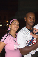 Dominikanische Republik, Familie auf  Parque de Colon in Santo Domingo