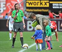 FC Twente - Standard Femina : Tia Hellebaut met haar dochters  Saartje en Lotte Vandeven met scheidsrechter Vivian Peeters<br /> foto DAVID CATRY / Nikonpro.be