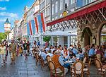 Deutschland, Niederbayern, Straubing: Cafe am Ludwigsplatz, im Hintergrund der Wasserturm | Germany, Lower Bavaria, Straubing: cafe at Ludwig Square, background water Tower