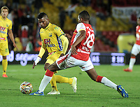 BOGOTA - COLOMBIA - 23-08-2015: Almir Soto (Der.) jugador de Independiente Santa Fe disputa el balón con Cristian Alarcon (Izq.) jugador de Atletico Huila, durante partido por la fecha 8 entre Independiente Santa Fe y Atletico Huila de la Liga Aguila II-2015, en el estadio Nemesio Camacho El Campin de la ciudad de Bogota. / Almir Soto (R) player of Independiente Santa Fe struggles for the ball with Cristian Alarcon (L) jugador of Atletico Huila, during a match of the 8 date between Independiente Santa Fe and Atletico Huila, for the Liga Aguila II -2015 at the Nemesio Camacho El Campin Stadium in Bogota city, Photo: VizzorImage / Luis Ramirez / Staff.