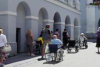 Bittgebete in der Ausros Vartu in Vilnius, Litauen, Europa, Unesco-Weltkulturerbe