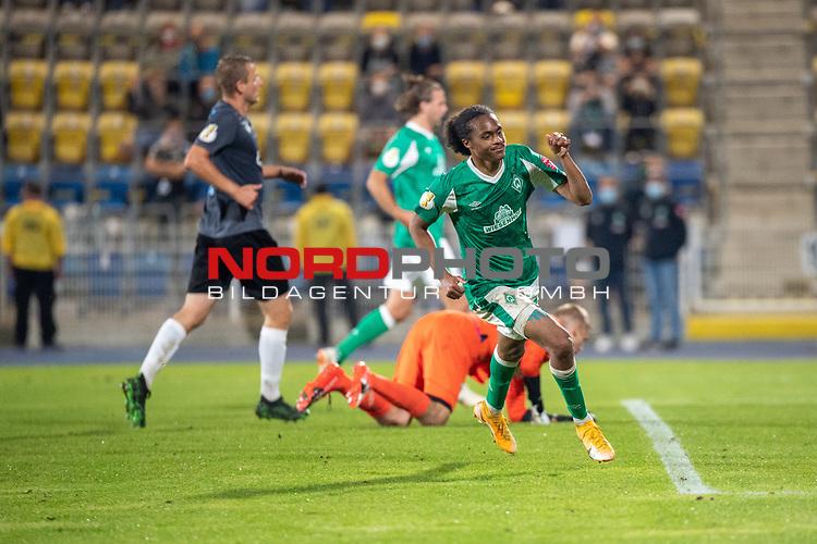 12.09.2020, Ernst-Abbe-Sportfeld, Jena, GER, DFB-Pokal, 1. Runde, FC Carl Zeiss Jena vs SV Werder Bremen<br /> <br /> <br /> Tahith Chong (Werder Bremen #22) auf dem weg zum 0:2 gegen Lukas Sedlak (Carl Zeiss Jena #12)<br /> Jubel<br /> <br />  <br /> <br /> <br /> Foto © nordphoto / Kokenge
