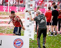 12.05.2018, Football 1. Bundesliga 2017/2018, 34.  match day, FC Bayern Muenchen - VfB Stuttgart, in Allianz-Arena Muenchen. winner ehrung Germanr Meister Bayern Muenchen:   Weissbierdusche of  Co-Trainer Hermann Gerland (FC Bayern Muenchen) fuer James Rodriguez (li,FC Bayern Muenchen). *** Local Caption *** © pixathlon<br /> <br /> +++ NED + SUI out !!! +++<br /> Contact: +49-40-22 63 02 60 , info@pixathlon.de