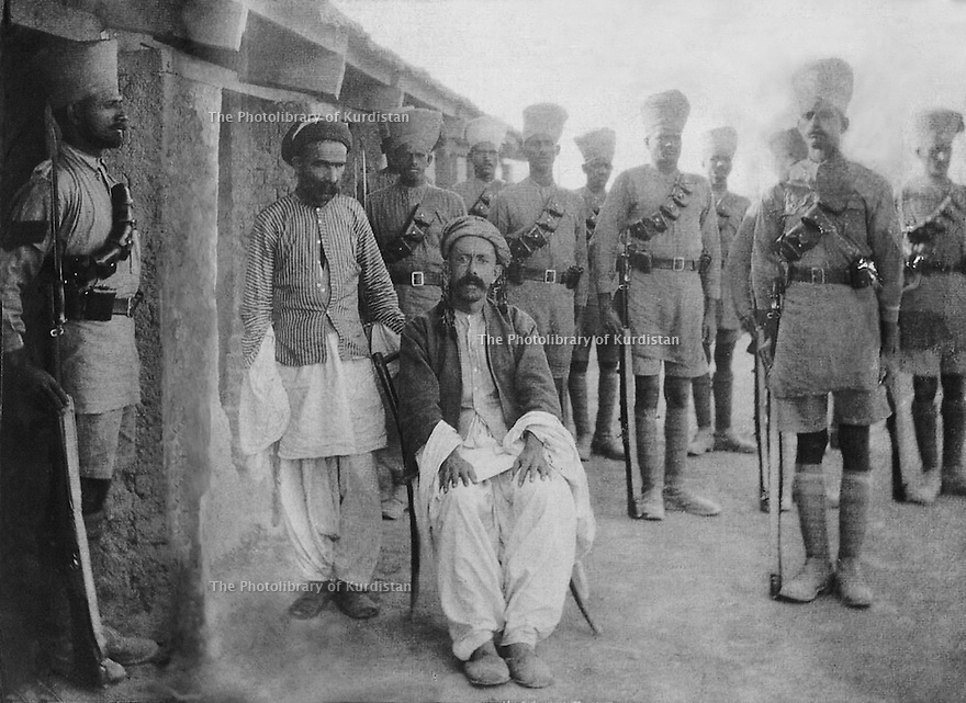 Iraq 1921 .Sheikh Mahmud Barzinji, prisoner of the British army, guarded by Indians troops .Irak 1921 .Sheikh Mahmoud Barzinji, prisonnier des Anglais, sous la surveillance de  soldats indiens
