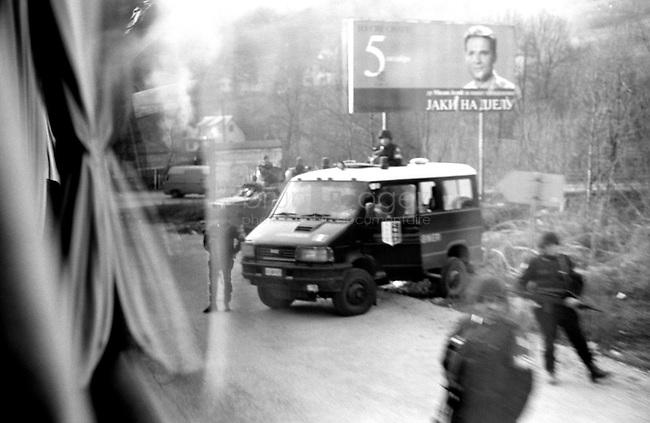 BOSNIA-HERZEGOVINA, Belgrade-Sarajevo Road, 03/2003..Very near from Pale, an  italian military unit of the SFOR keeps the road.  BOSNIE-HERZEGONVINE, Route Belgrade-Sarajevo, 03/2003..Photo prise depuis le bus qui relie Belgrade à Sarajevo. A proximité de Pale, une unité italienne de la SFOR garde la route..© Bruno Cogez