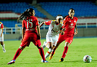 CALI - COLOMBIA - 19 - 05 - 2017: Maria C Quintero (Izq.) y Idalys Perez (Der.) jugadoras de America disputan el balón con Nancy Acosta (Cent.) jugadora de Independiente Santa Fe, durante partido de ida entre America de Cali y el Independiente Santa Fe, por los cuartos de final de la Liga Femenina Aguila 2017, en el estadio Pascual Guerrero de la ciudad de Cali. / Maria C Quintero (L) and Idalys Perez (R) jugadoras of America struggle for the ball with Nancy Acosta (C) player of Independiente Santa Fe, during a match for the first leg between America de Cali and Independiente Santa Fe, of the quarterfinals for the Liga Femenina Aguila 2017 at the Pascual Guerrero stadium in the city of Cali, Photo: VizzorImage / Nelson Rios / Cont.