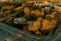 Corona Lockdown. Trafikken begynder så småt, at komme nu hvor daginstitutioner og skoler skal til, at åbne delvist. Her fotograferet mellem 5:50 og 6.34 tirsdag den 14. april ved Vibenshus Runddel på Østerbro i København. Foto: Jens Panduro