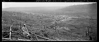 Vue panoramique plongeante du village d'Allemant (Aisne) rasé par les bombardements. Sur la droite de l'image, le capitaine Courtois, observe ce paysage de désolation. 11 février 1918 Guerre 1914-1918.