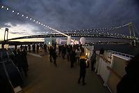 Verrezano Narrows Bridge im Sonnenuntergang von der Norwegian Breakaway im Hudson River