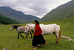 'CLAN, THE' SCOTLAND, A GROUP WHO SPEND THEIR WEEKENDS AT A CAMP IN GLEN CROE, RECREATING THE LIFE OF A SCOTTISH CLAN BEFORE THE DEFEAT OF BONNIE PRINCE CHARLIE BY THE ENGLISH AT THE BATTLE OF CULLODEN IN 1746. THE CLAN CHIEF'S WIFE CARY (PAMALA) WALKING WITH WHITE HORSE IN THE GLEN, 1989
