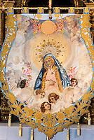 Handgestickete Seidenbanner in der Kirche San Francisco der  Bruderschaft Paso Azul bei  der Semana Santa (Karwoche) in Lorca,  Provinz Murcia, Spanien, Europa