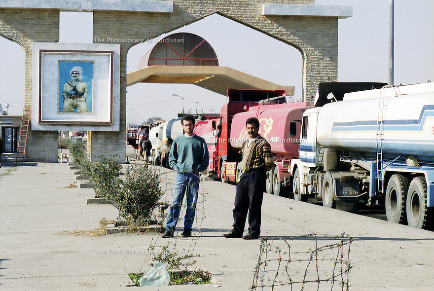 Irak 2000  Le poste frontière de Ibrahim Khalil controlé par le PDK. Sous le portrait du général Barzani, les camionneurs turcs attendent l'autorisation de passage   Iraq 2000  Ibrahim Khalil: drivers waiting at the border before entering Turkey