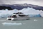 Argentina,  Patagonia, El Calafate: Sightseeing boat below iceberg near Upsala Glacier on Lago Argentino | Argentinien, Patagonien, El Calafate: mit dem Ausflugsschiff auf dem Lago Argentino bis zur Eiskante am Upsala Gletscher