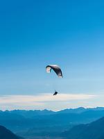 Gleitschirmflieger, Hochmuth am Meraner Höhenweg, Algund bei Meran, Region Südtirol-Bozen, Italien, Europa<br /> Paragliding, Hochmuth at Hiking trail Merano High Route,  Lagundo near Merano, Region South Tyrol-Bolzano, Italy, Europe