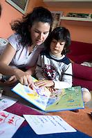 homeschooling, educazione parentale. Erika De Martino durante una lezione con Thomas, sette anni.