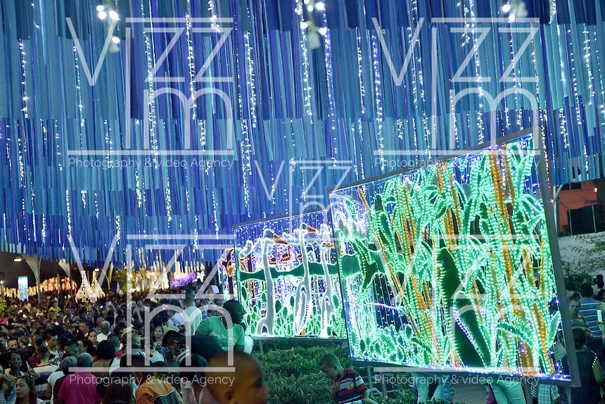 CALI - COLOMBIA. 25-12-2015: El Bulevar del río Cali se engalana con luces y un mar de gente durante las festividades de diciembre en Colombia. / The Cali River Boulevard is adorned with lights and a sea of people during the December festivities in Colombia. Photo: VizzorImage/ Gabriel Aponte / Staff