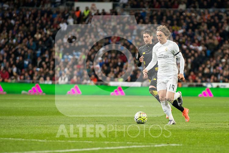 Real Madrid's Luka Modric and Sevilla FC's Sergio Escudero during La Liga match. March 20,2016. (ALTERPHOTOS/Borja B.Hojas)