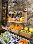 Italien, Umbrien, Orvieto: Obst und Gemueseverkauf in der Altstadt | Italy, Umbria, Orvieto: fruit and vegetable stall at old town