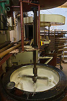 Europe/France/Rhône-Alpes/26/Drôme/Montélimar: Fabrication traditionnelle  du Nougat de Montélimar chez Eric Escobar - Les blancs d'œuf sont d'abord montés et placés dans un chaudron. Le miel de lavande est fondu avec le sucre et incorporé aux blancs d'œuf