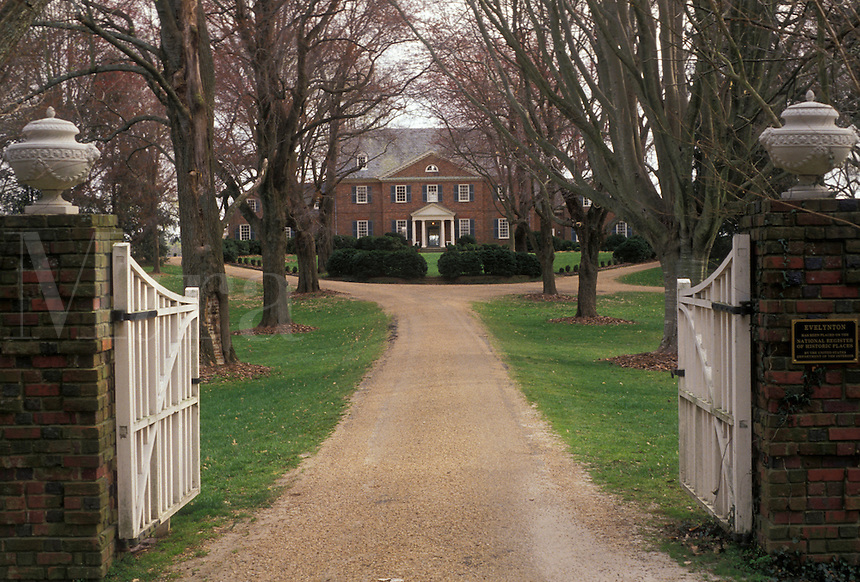 AJ3333, plantation, Virginia, Front gate to the Evelyton Plantation along the James River near Charles City in the state of Virginia.