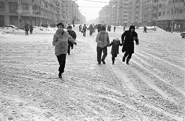 ROMANIA, Dacia Bd./Mosilor Av., Bucharest, 01.1985.No cars allowed ! The city belongs to pedestrians..© Andrei Pandele / EST&OST