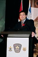 Le ministre Martin Cauchon lance le nouveau site web de l'agence canadienne des douanes et revenus, <br /> 1er Octobre 1999, <br /> <br /> PHOTO : Agence Quebec Presse