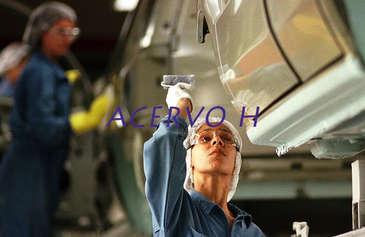 Alessandra Nascimento 28 anos trabalha na  aplicação de PVC na caixa de roda na linha de produção na Fábrica da Ford instalada no polo industrial do município de Camaçarí na Bahia Brasil.<br />Foto Paulo Santos/Interfoto<br />09/06/2003