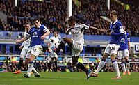 Pictured: Wayne Routledge of Swansea (C) attempts to cross the ball against Gareth Barry (L) and John STones (R) of Everton. Saturday 22 March 2014<br />