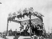 Preche de l'abbe elie-J. Auclair au parc LaFontaine <br /> lors du defile de la Saint-Jean-Baptiste, le 24 juin 1909 <br /> <br /> <br /> <br /> PHOTO :  Stroud Photographic Supply Co