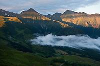 Europe/France/Midi-Pyrénées/65/Hautes-Pyrénées/Vallée d'Aure/Azet: Paturages de la Haute Vallée d'Aure vus depuis le col d'Azet, appelé aussi col de Val-Louron-Azet  à l'aube