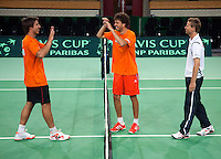 04-05-10, Zoetermeer, SilverDome, Tennis, Training Davis Cup, Hi Five tussen Igor Sijsling(L) en Robin Haase en een tevreden captain Jan Siemerink illustreren de sfeer in het team