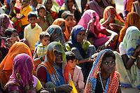 INDIA Uttar Pradesh , dalit women in village in Bundelkhand on a meeting  / INDIEN Uttar Pradesh, Frauen unterer Kasten und kastenlose Frauen, Dalits, in Doerfern in Bundelkhand auf einer Versammlung
