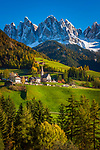 Italien, Suedtirol (Trentino-Alto Adige), Dolomiten, Villnoesstal: Bergdorf St. Magdalena (Villnoess) vor der Geislergruppe im Naturpark Puez-Geisler | Italy, South Tyrol (Trentino-Alto Adige), Val di Funes: mountain village St. Magdalena and Le Odle mountains at natural park Puez-Odle