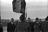 Aéroport de Toulouse-Blagnac. Le 5 Novembre 1966. Vue de Georges Pompidou et d'Alexis Kossyguine sur le tarmac de l'aéroport de Toulouse-Blagnac.