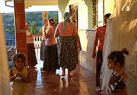 ROMANIA, Babadag, 2010/08/23.30% of the population of Babadag, a small town 15 km south of Tulcea, is composed of Muslims and Roma Horahai of Turkish origin. The colorful clothes of women are clearly distinguished from other large Roma families from Romania..© Bruno Cogez / Est&Ost Photography..Roumanie, Babadga, département de Tulcea 23/08/2010.30% de la population de Babadag, petite ville située à 15 km au sud de Tulcea, est composé de Roms Horahai musulmans et d'origine turque. Les vêtements des femmes très colorés se distinguent clairement des autres grandes familles roms de Roumanie..© Bruno Cogez / Est&Ost Photography