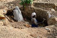 BURKINA FASO , Fada N´Gourma, village TINDANGOU, gold mining Camp PAMA, artisanal gold mines, women digging