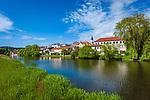Deutschland, Bayern, Oberpfalz, Naturpark Oberer Bayerischer Wald, Cham: Stadtansicht mit Fluss Regen | Germany, Bavaria, Upper Palatinate, Nature Park Upper Bavarian Forest, Cham: town view with river Regen