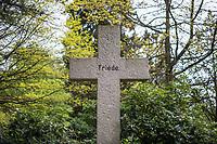 Eine Grabstaette auf dem Friedhof Ohlsdorf in Hamburg.<br /> Der im Hamburger Stadtteil Ohlsdorf wurde 1877 eingeweiht und ist mit fast 390 Hektar der groesste Parkfriedhof der Welt. Auf der Anlage befinden sich 202.000 Grabstaetten.<br /> 9.5.2020, Hamburg<br /> Copyright: Christian-Ditsch.de<br /> [NUR FUER REDAKTIONELLE ZWECKE! Werbung nur auf Anfrage beim Fotografen.Inhaltsveraendernde Manipulation des Fotos nur nach ausdruecklicher Genehmigung des Fotografen. Vereinbarungen ueber Abtretung von Persoenlichkeitsrechten/Model Release der abgebildeten Person/Personen liegen nicht vor. NO MODEL RELEASE! Don't publish without copyright Christian-Ditsch.de, Veroeffentlichung nur mit Fotografennennung, sowie gegen Honorar, MwSt. und Beleg. Konto: I N G - D i B a, IBAN DE58500105175400192269, BIC INGDDEFFXXX, Kontakt: post@christian-ditsch.de<br /> Bei der Bearbeitung der Dateiinformationen darf die Urheberkennzeichnung in den EXIF- und  IPTC-Daten nicht entfernt werden, diese sind in digitalen Medien nach §95c UrhG rechtlich geschuetzt. Der Urhebervermerk wird gemaess §13 UrhG verlangt.]