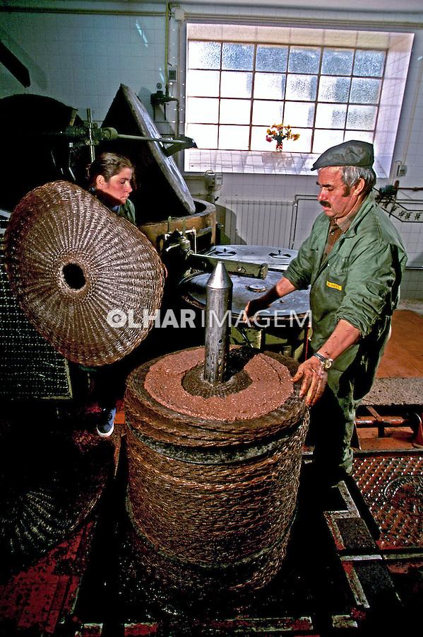 Indústria de azeite Romeu em Traz os Montes. Portugal. 1999. Foto de Juca Martins.