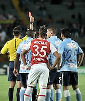 BOGOTA - COLOMBIA - 23-03-2016: Nicolas Gallo (Izq.), arbitro, muestra tarjeta roja a juan Dominguez, jugador de Atletico Junior, durante partido aplazado por la fecha 4 entre Independiente Santa Fe y Atletico Junior, de la Liga Aguila I-2016, en el estadio Nemesio Camacho El Campin de la ciudad de Bogota. / Nicolas Gallo (L), referee, shows red card to juan Dominguez, player of Atletico Junior, during a postponed match of the date 4 between Independiente Santa Fe and Atletico Junior, for the Liga Aguila I -2016 at the Nemesio Camacho El Campin Stadium in Bogota city, Photo: VizzorImage / Luis Ramirez / Staff.