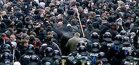 """Nazi Aufmarsch / Demo in Leipzig Ost - Leipziger verhindert den Zug durch die Stadt mit Blockade am S-Bahnhof Sellerhausen - unter dem Motto """"Leipzig nimmt Platz"""" nahmen Hunderte Leipziger an der bunten Gegenveranstaltung teil - sie schafften es den Start des Aufmarsches solange zu verhindern bis die Polizei die Kundgebung für beendet erklärte - in diesem Moment (ca. 16:40) eskalierte die Situation auf Seiten der Sympathiesanten der rechten Szene - Steine und Flaschen flogen - die Polizei bekam die Situation rasch wieder unter Kontrolle - im Bild:  Die Einsatzkräfte der Polizei sichern die Situation und kesseln die angreifenden Rechten ein - ein Polizist sprüht mit Tränengas aus einen Demonstranten. Foto: Norman Rembarz..Norman Rembarz , ASV-Autorennummer 41043728 , Holbeinstr. 14, 04229 Leipzig, Tel.: 01794887569, Hypovereinsbank: BLZ: 86020086, KN: 357889472, St.Nr.: 231/261/06432 - Jegliche kommerzielle Nutzung ist honorar- und mehrwertsteuerpflichtig! Persönlichkeitsrechte sind zu wahren. Es wird keine Haftung übernommen bei Verletzung von Rechten Dritter. Autoren-Nennung gem. §13 UrhGes. wird verlangt. Weitergabe an Dritte nur nach  vorheriger Absprache.."""