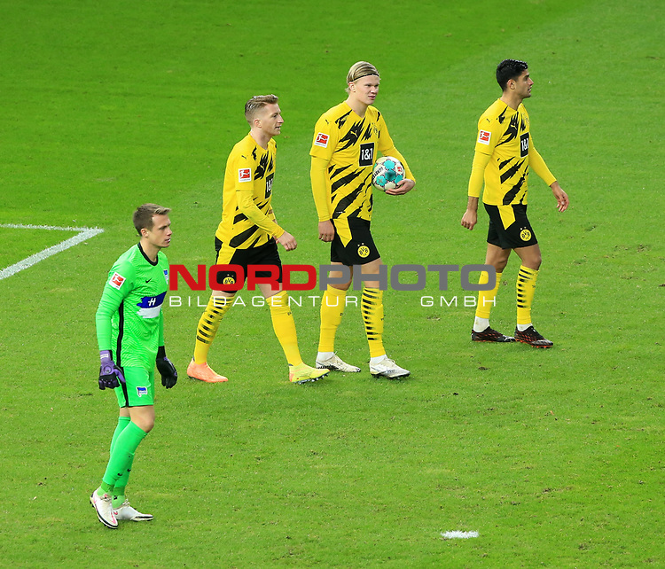 21.11.2020, OLympiastadion, Berlin, GER, DFL, 1.FBL, Hertha BSC VS. Borussia Dortmund, <br /> DFL  regulations prohibit any use of photographs as image sequences and/or quasi-video<br /> im Bild 1: 2 durch Erling Haaland (Borussia Dortmund #9), Mahmoud Dahoud (Borussia Dortmund #8), Marco Reus (Borussia Dortmund #11),<br /> Alexander Schwolow (Hertha BSC Berlin #1)<br /> <br />       <br /> Foto © nordphoto / Engler