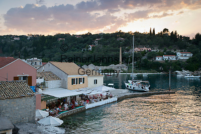 Greece, Ionian Islands, Loggos: harbour and waterfront bars at sunset | Griechenland, Ionische Inseln, Paxos, Loggos: Restaurants am Hafen bei Sonnenuntergang
